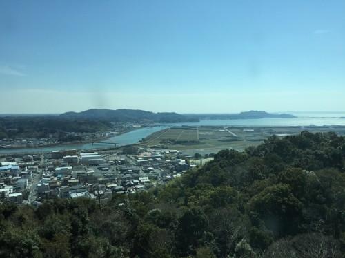 国民宿舎 奥浜名湖の脱衣所からの風景(色ガラスごし)