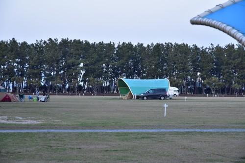 テントの下に車ごとインしている
