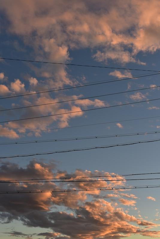 電線と夕日と