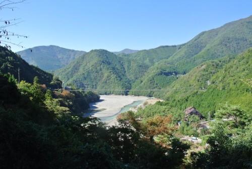 谷瀬の吊り橋を遠くから眺める