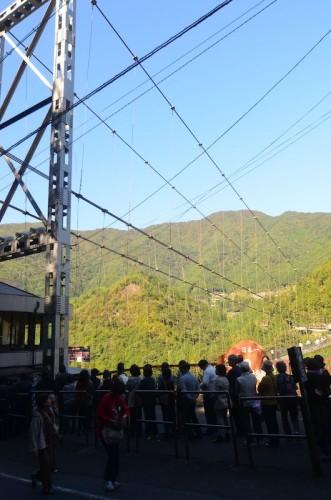 行列のできる谷瀬の吊り橋
