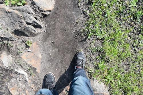 足元は岩と土と草って感じ