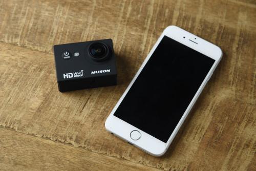 MUSON C1とiPhone6のサイズ比較。非常にコンパクトなアクションカメラ。