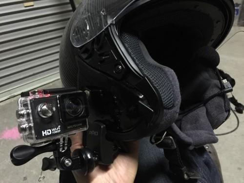 こんな感じでアクションカメラをヘルメットに搭載