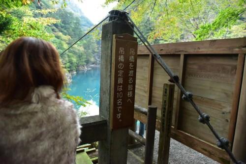 吊り橋の人数制限の注意書き