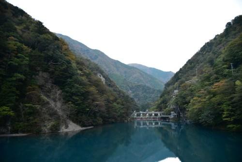 吊り橋から見たダムのほう