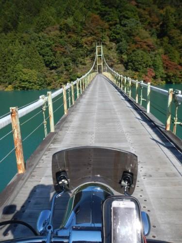 バイクで吊り橋渡る